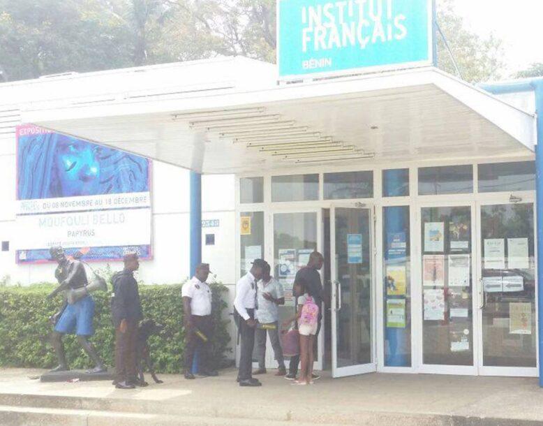 Contrôle de sécurité à l'institut français de Cotonou